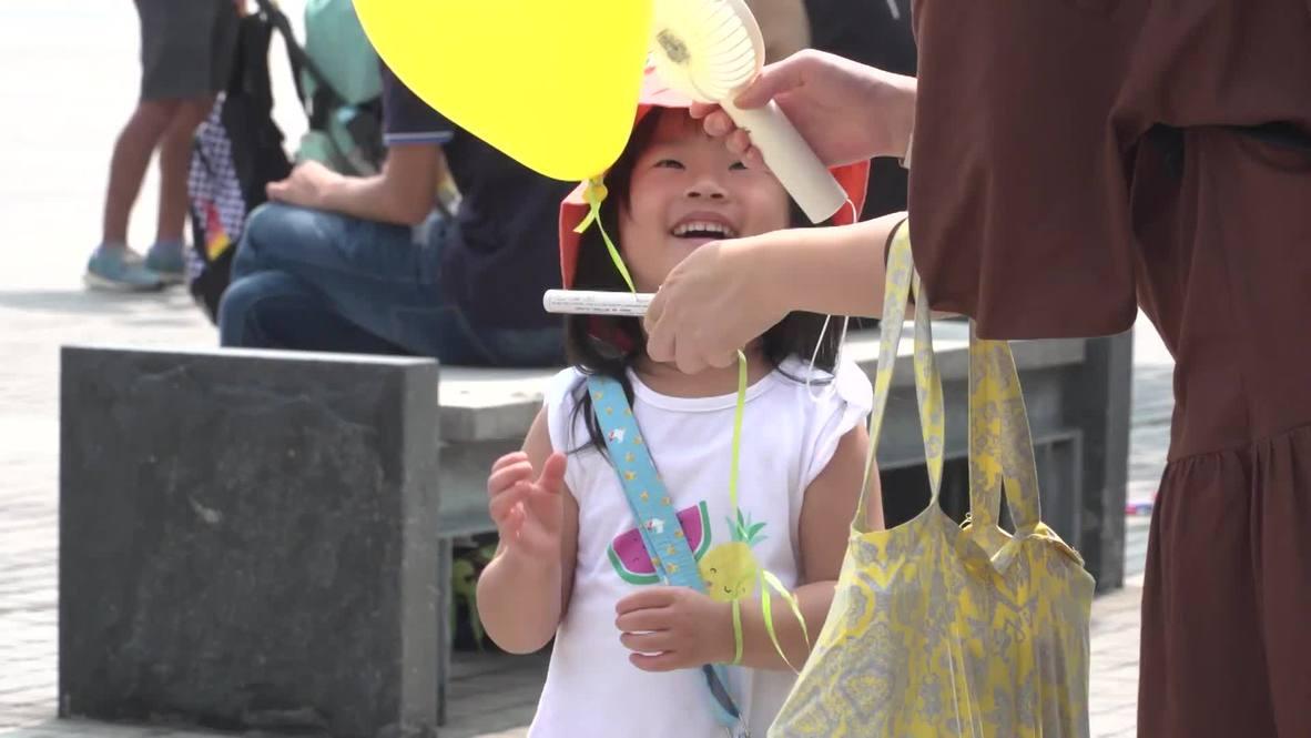"""Hong Kong: Familias participan en la manifestación con el lema """"Proteged el futuro de nuestros hijos"""""""