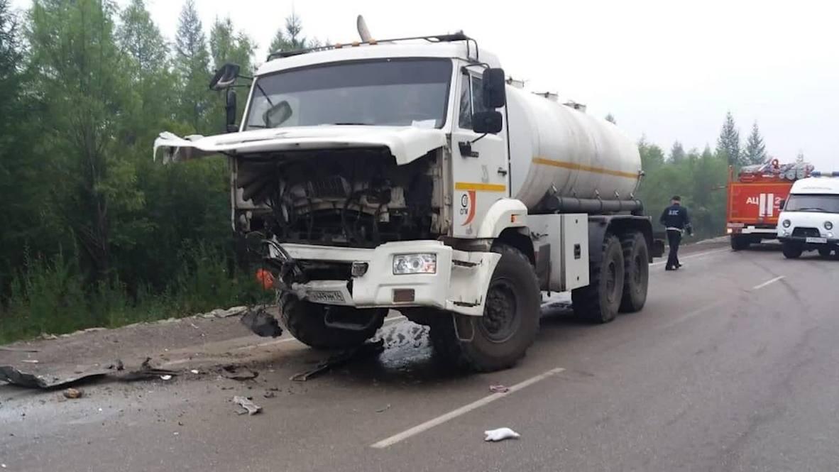 Россия: Пять человек погибли при столкновении грузовика с переполненной легковушкой