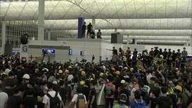 Hong Kong: Manifestantes encuentran las pertenencias de un presunto policía en el aeropuerto