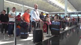 Hong Kong: Reanudan vuelos después de violentos enfrentamientos en el aeropuerto