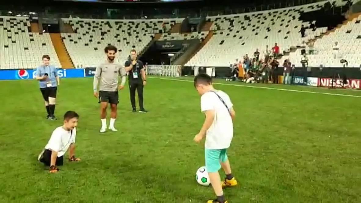 Turquía: Niño kazajo nacido sin piernas juega con Mohammad Salah antes de la Supercopa