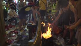 Hong Kong: Tensión fuera de la estación de policía de Sham Shui Po en víspera de tradicional festividad