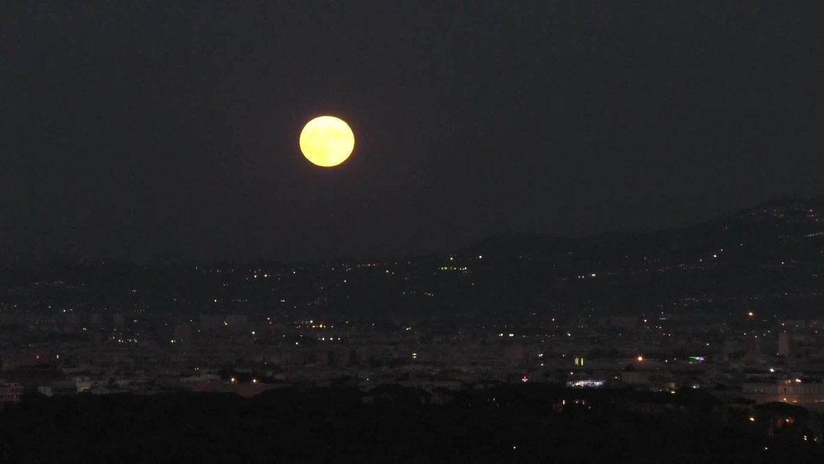 Italy: Full 'Sturgeon Moon' lights up Roman night sky