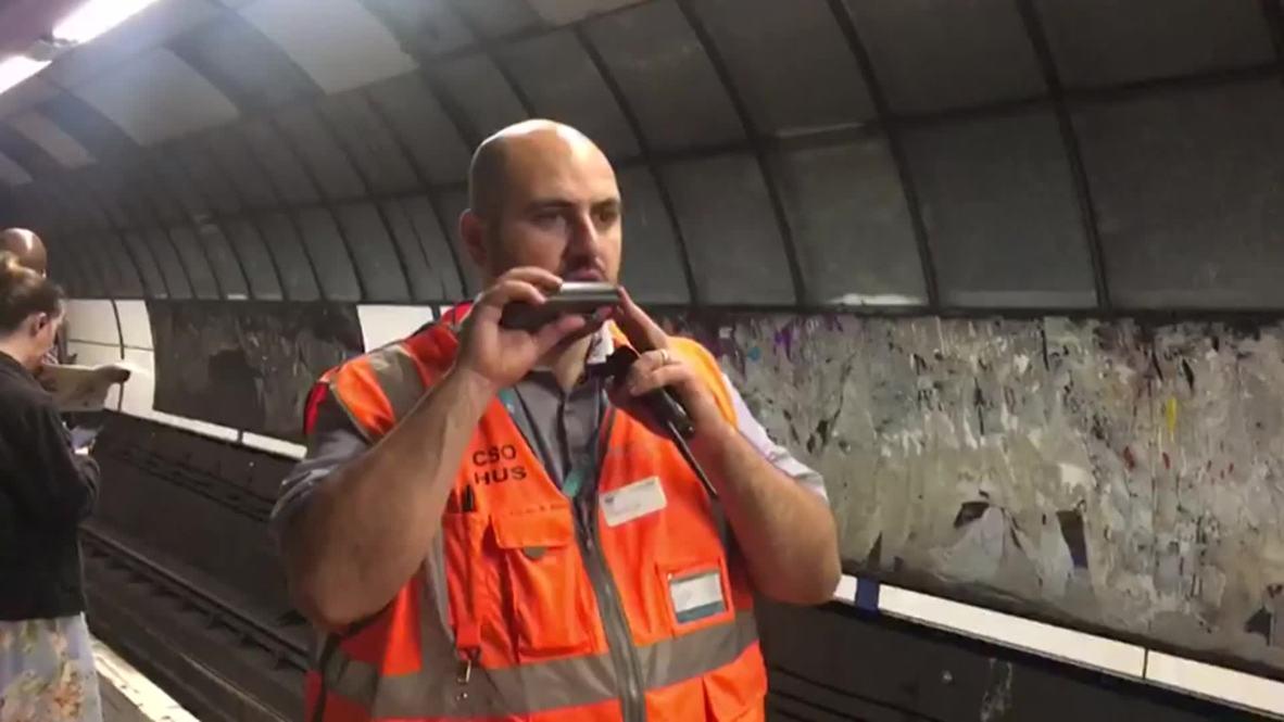 Reino Unido: Trabajador ferroviario es furor al anunciar trenes al estilo de un locutor de veladas de boxeo