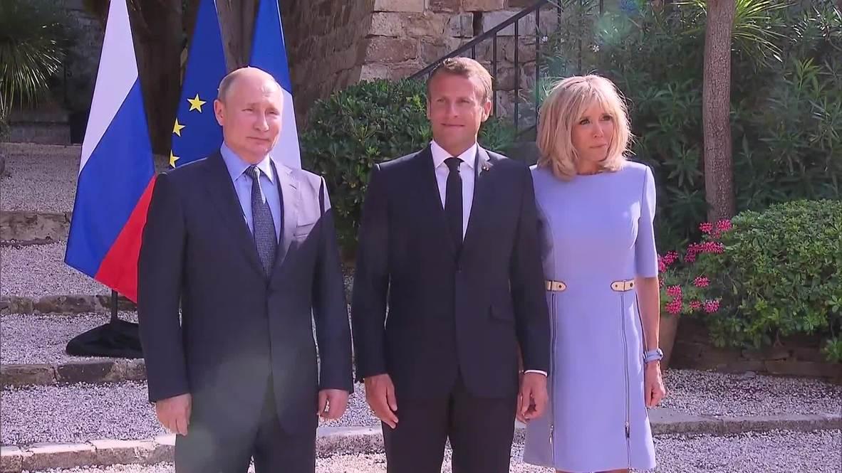 Франция: Несмотря на травму Брижит Макрон вышла встречать Владимира Путина и получила цветы