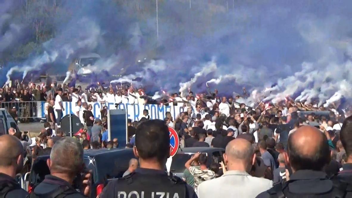 """Italia: Hinchas """"ultras"""" de la Lazio rinden tributo a su líder asesinado en Roma"""
