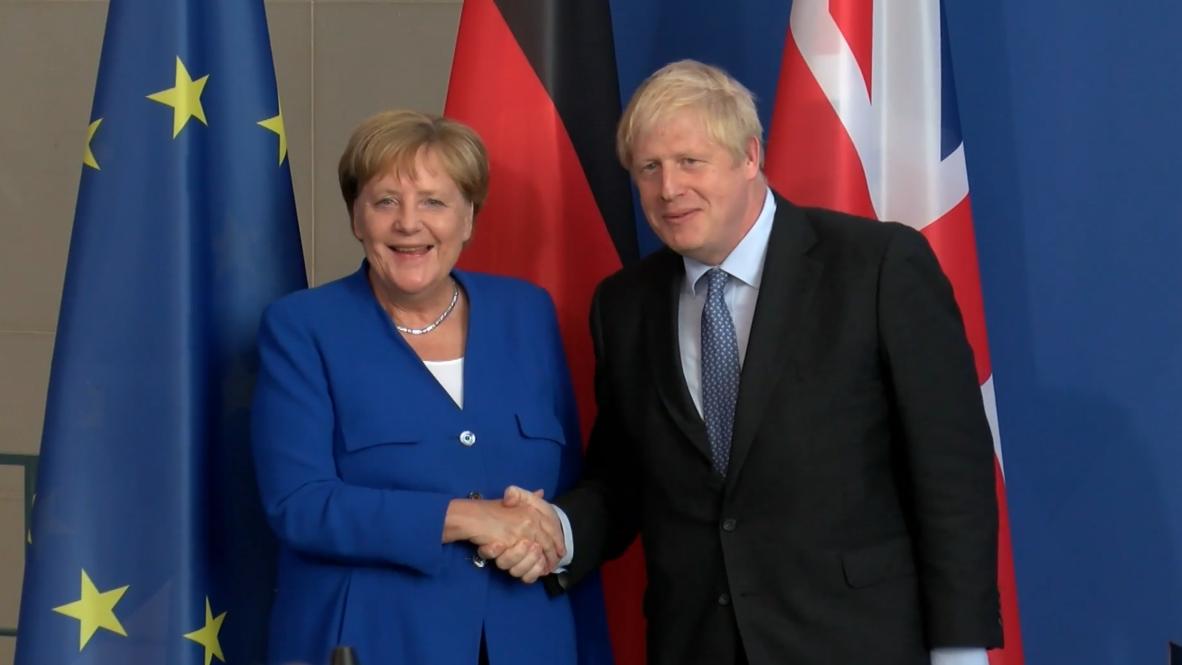 Alemania: Merkel da 30 días a Johnson para alcanzar un acuerdo que evite el Brexit duro
