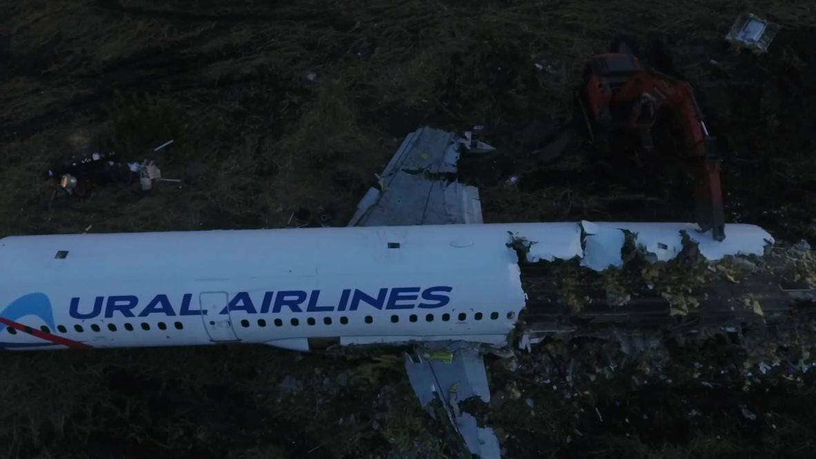 Rusia: Imágenes muestran trabajos de desmontaje y traslado de accidentado avión de Ural Airlines