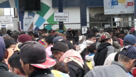 Ecuador: Últimos migrantes venezolanos cruzan la frontera antes de que entre en vigor la visa obligatoria