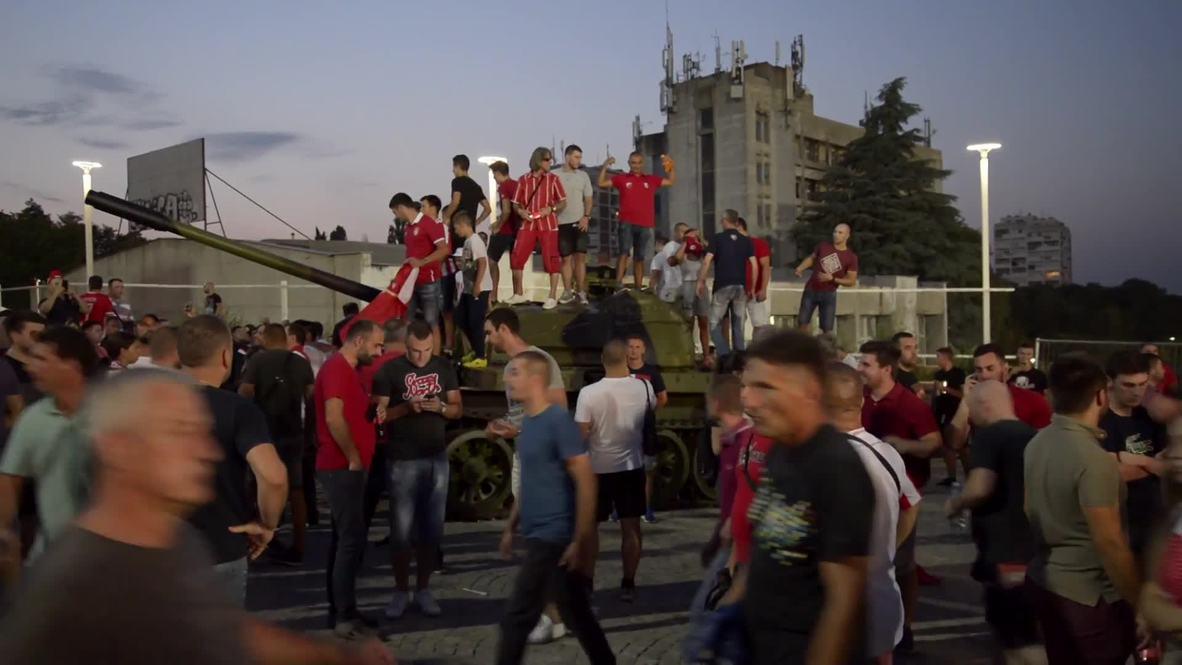 Serbia: Hinchada del Estrella Roja alienta a su equipo desde un tanque para lograr clasificación a UCL