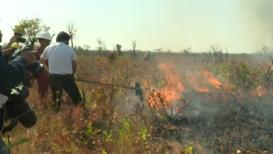 Bolivia: Morales habla de 'responsabilidad compartida' mientras ayuda a combatir los incendios forestales