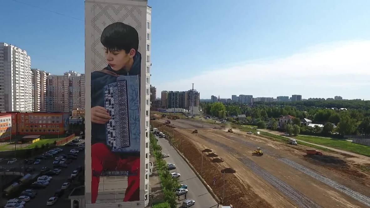 Murales masivos adornan los edificios de la ciudad de Odintsovo en  la región de Moscú