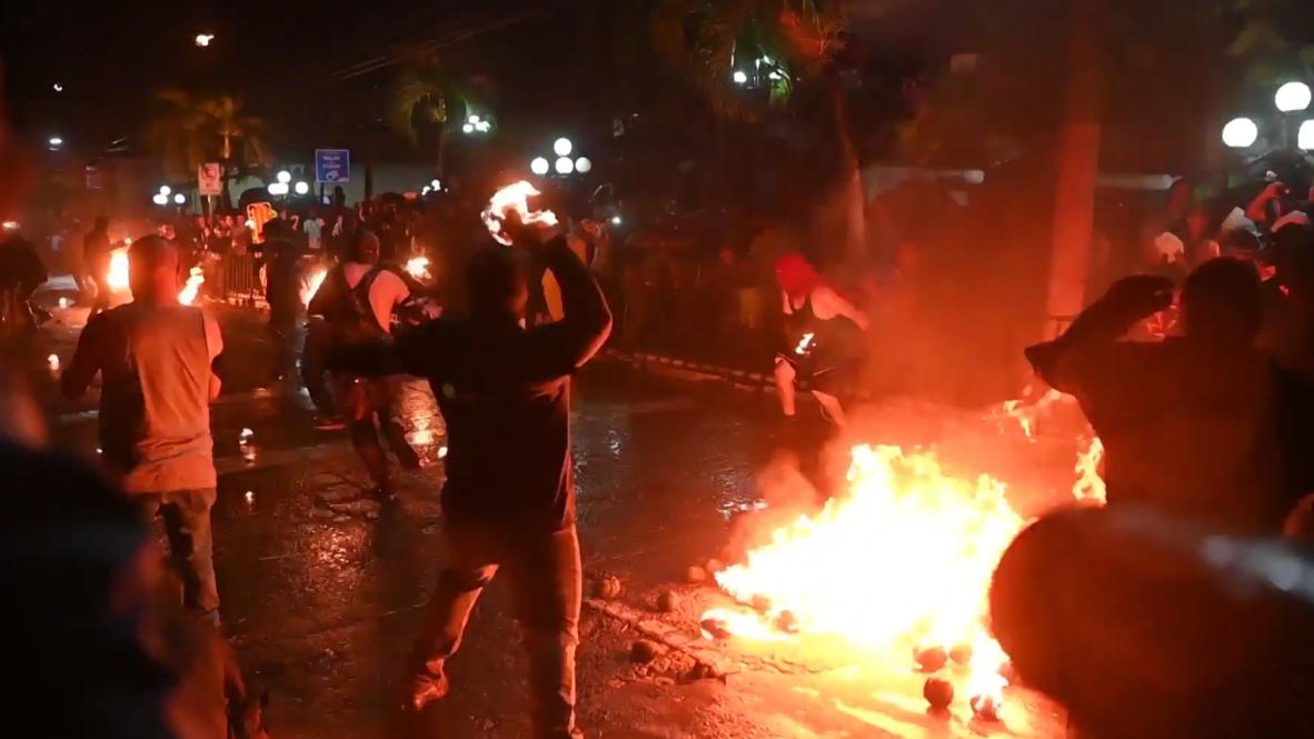 Decenas luchan con 'Bolas de Fuego' para conmemorar la erupción del volcán de San Salvador