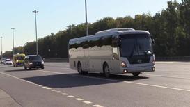 Россия: Автобусы в сопровождении полиции прибывают в аэропорт Внуково-2 на фоне сообщений о подготовке к обмену пленными между Россией и Украиной