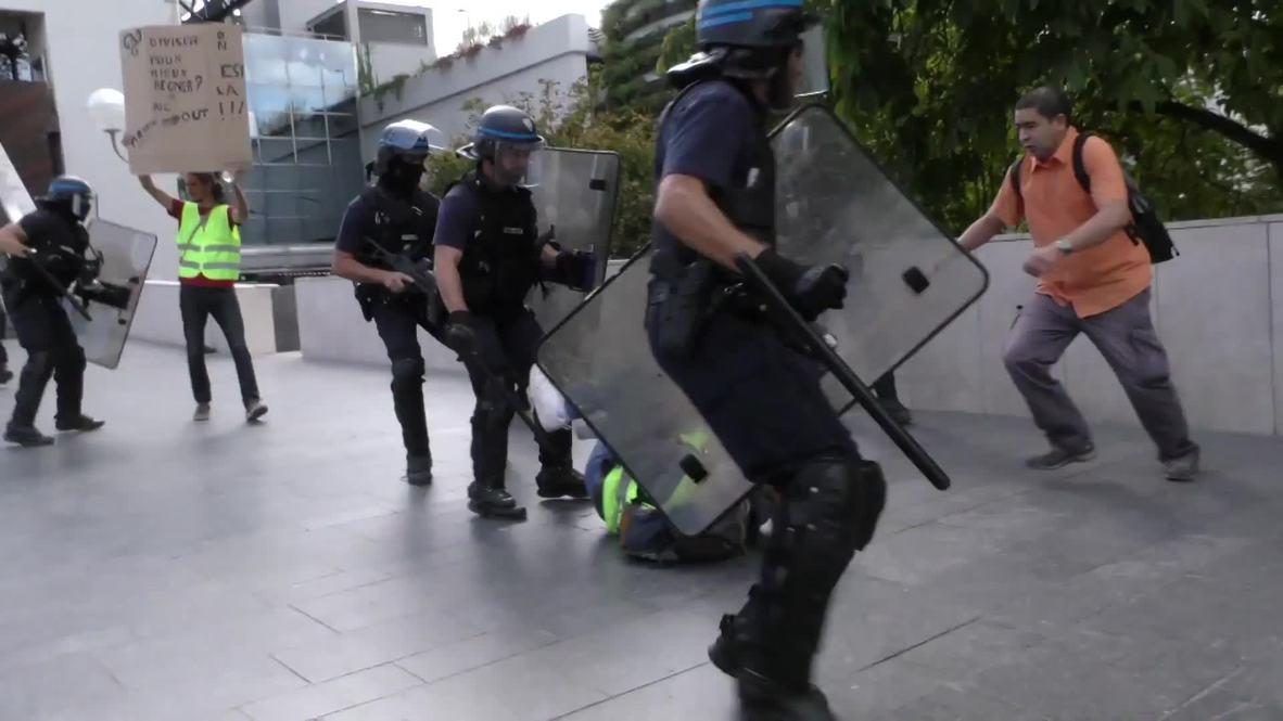 """Francia: Con gas lacrimógeno reciben a cientos de """"chalecos amarillos"""" en Lyon"""