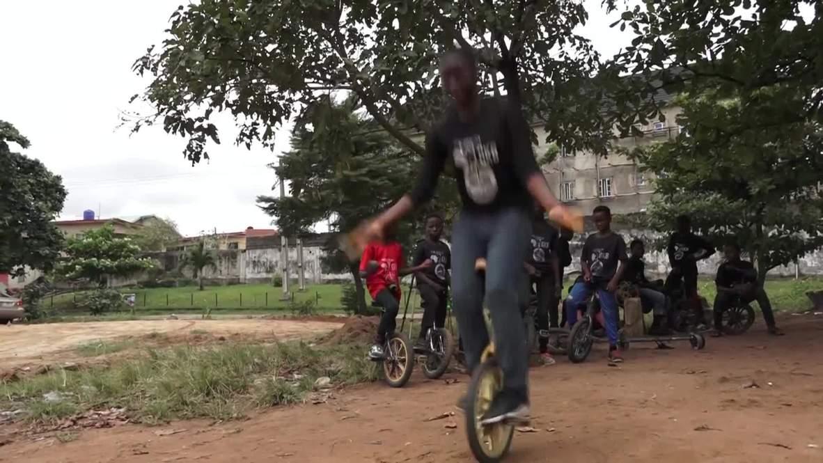 De la calle al circo- Jóvenes de Lagos encuentran estabilidad sobre monociclos