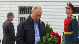 """Россия: """"Пример всей стране"""" - Путин возложил цветы к мемориалу погибшим в 1999 году в Дагестане"""