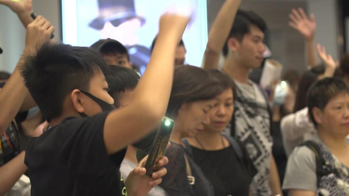 Hong Kong: Manifestantes inundan centro comercial para cantar un nuevo 'himno nacional'