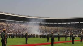 Zimbabue: Líderes africanos asisten al funeral de Mugabe en un estadio medio vacío