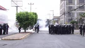 Honduras: Manifestantes se enfrentan a la policía en el Día de la Independencia en Tegucigalpa