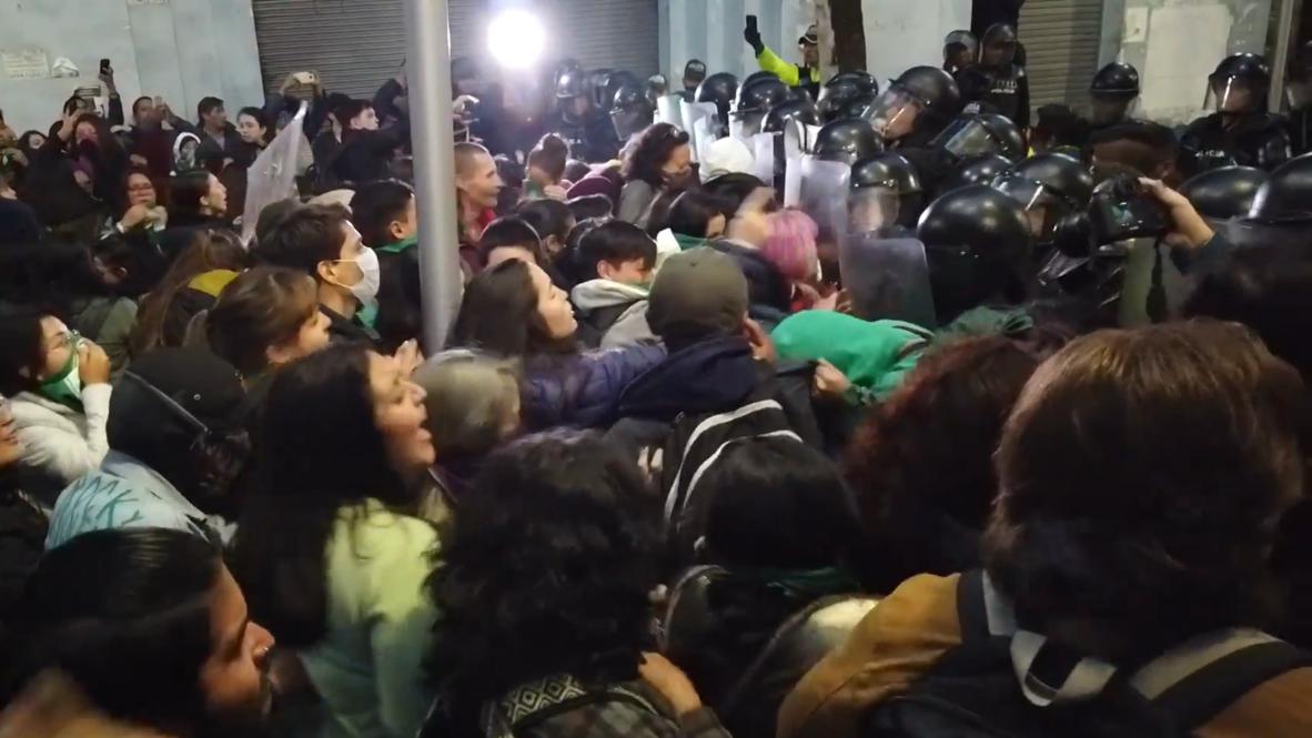 Ecuador: Enfrentamientos durante una protesta por la votación contra la despenalización del aborto