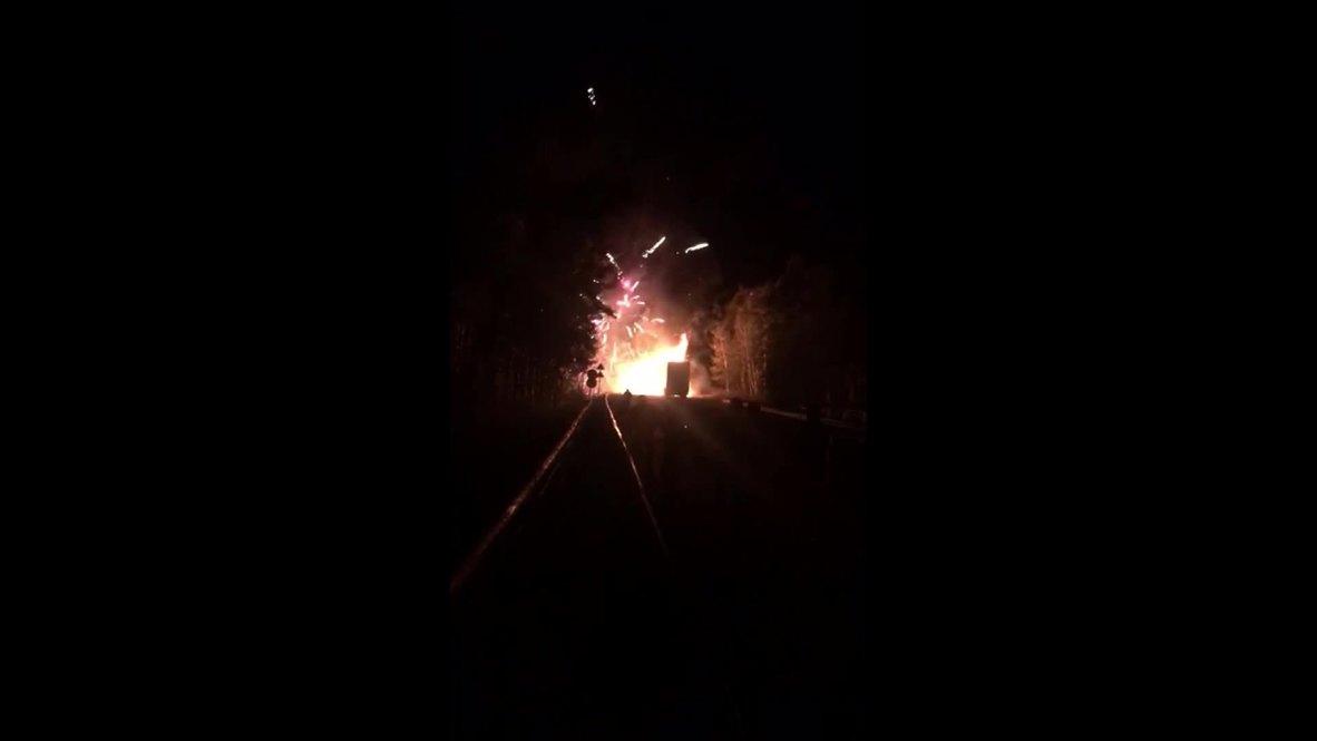 Россия: Фура с пиротехникой вспыхнула на трассе под Комсомольском-на-Амуре