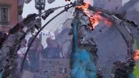 Italia: Un enorme globo terráqueo de cartón arde en Milán durante la huelga climática mundial