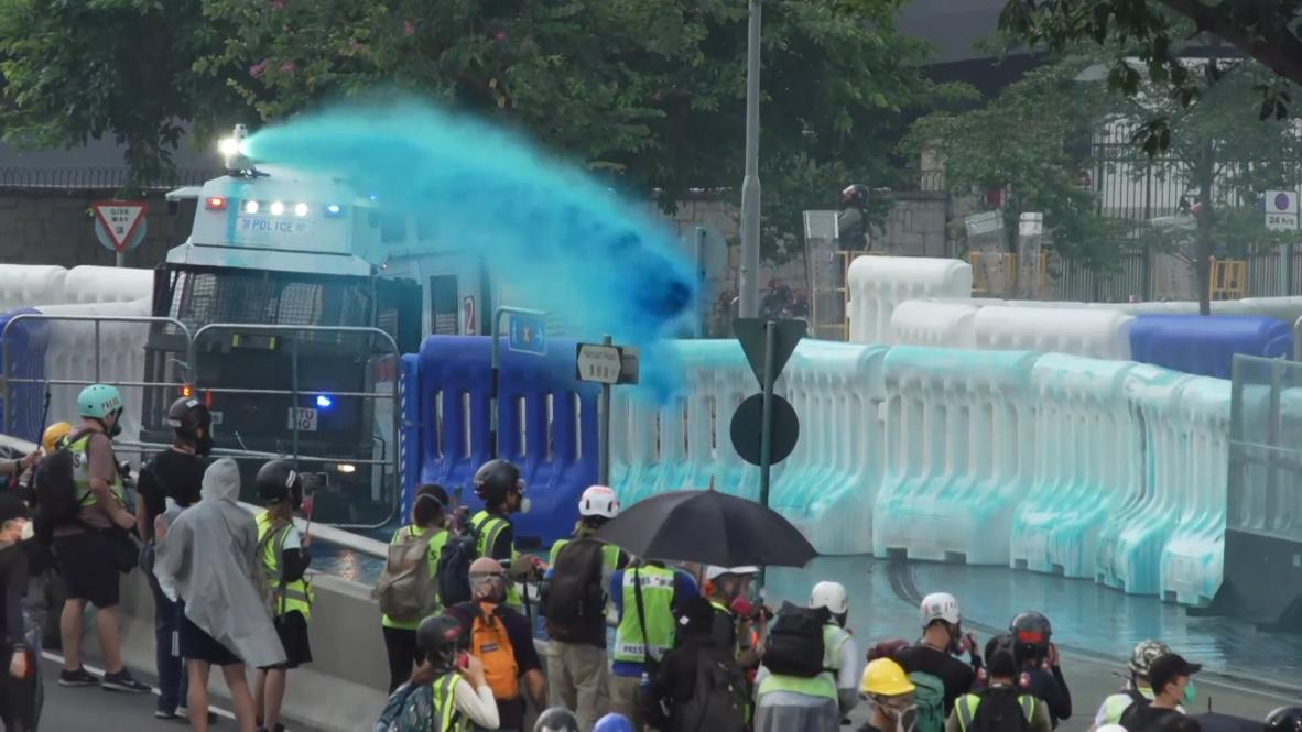 Hong Kong: Manifestantes se enfrentan con cañones de agua azul durante el Día Nacional de China