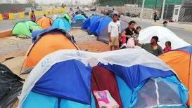 México: Migrantes acampados en los puentes internacionales son desalojados por posibles tormentas