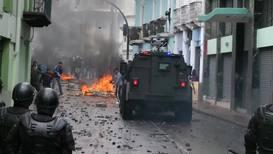 Ecuador: Policía antidisturbios dispara gas lacrimógeno contra los manifestantes en Quito