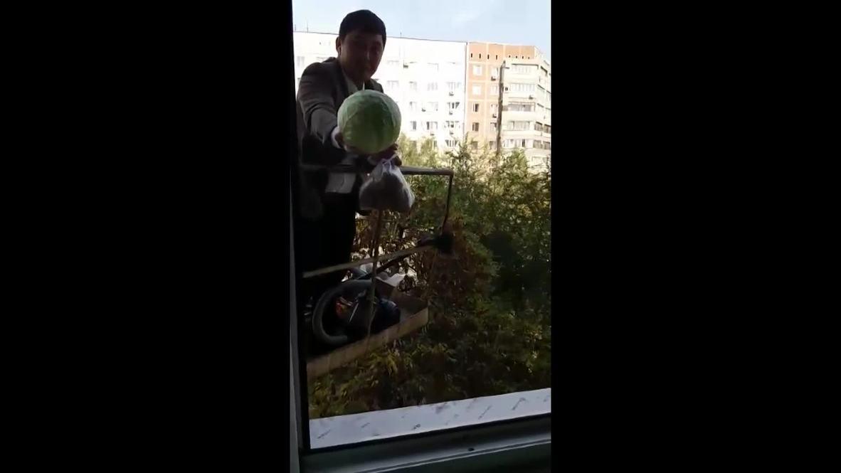 """""""Карлсон к нам прилетел"""". Житель  Казахстана торгует с помощью строительного крана"""