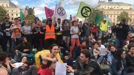 Francia: Activistas de 'Extinction Rebellion' se unen en París a protesta global contra el cambio climático