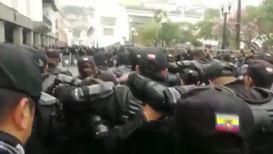Ecuador: Police pray before protests against policies of Lenin Moreno