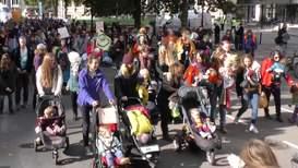Reino Unido: Madres de Extinction Rebellion amamantan a sus bebés en una marcha