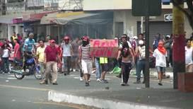 Ecuador: Manifestantes se enfrentan a la policía antidisturbios en Guayaquil