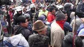 Ecuador: Manifestantes capturan y retienen a grupo de policías en medio de protestas