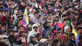 Ecuador: Indígenas que retenían a un grupo de policías celebran funeral a compañero fallecido