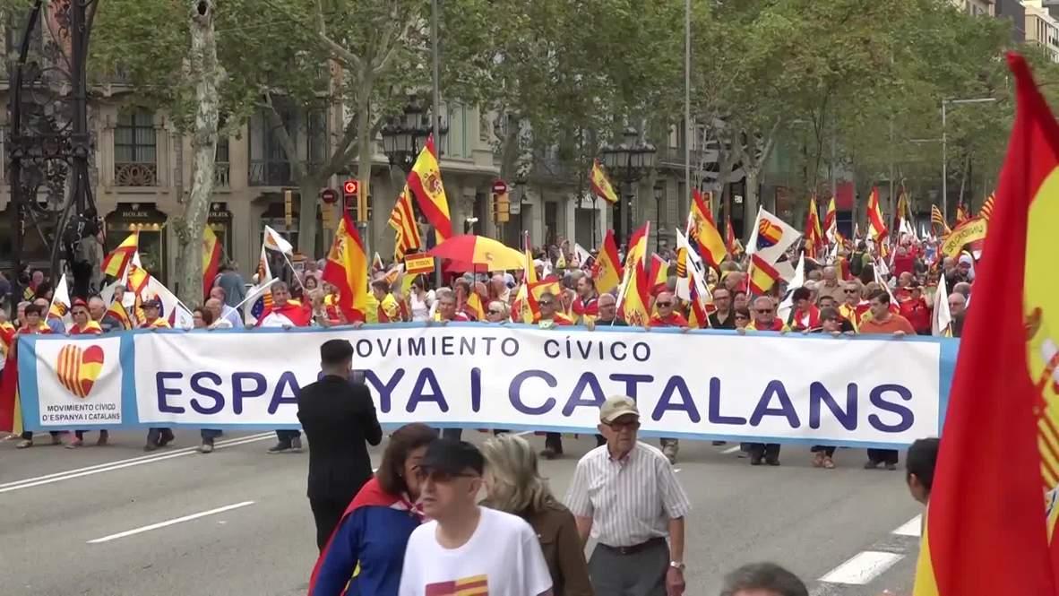 España: Miles de personas se manifiestan en favor de la unidad del país en el centro de Barcelona