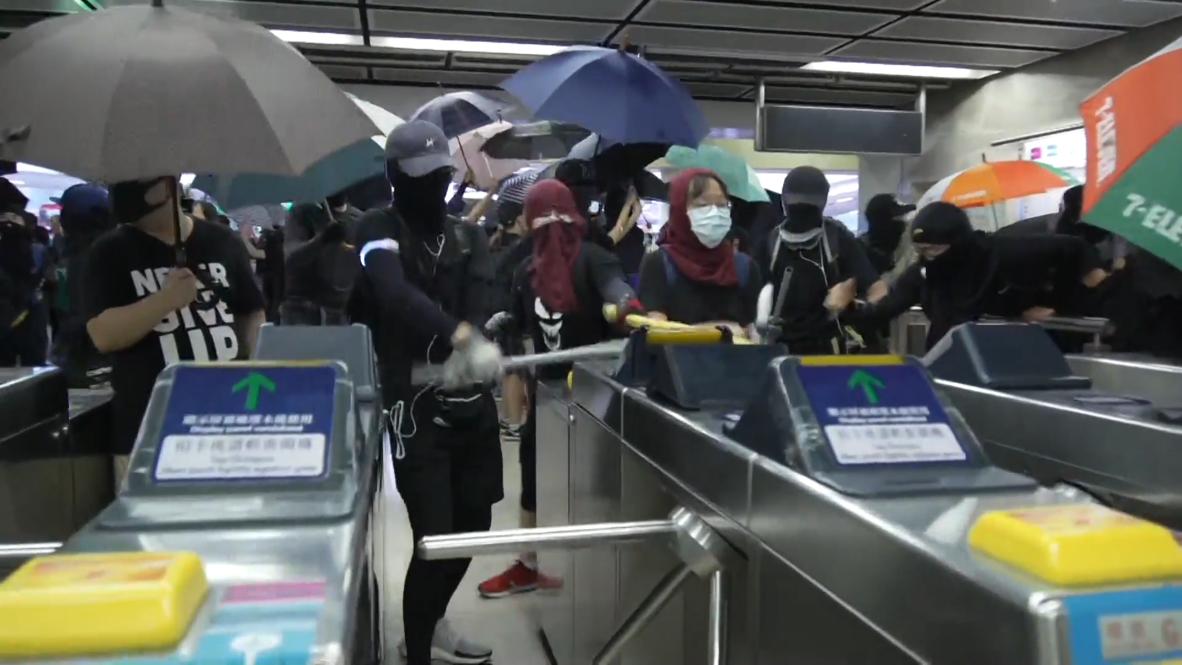 Hong Kong: Manifestantes enmascarados vandalizan la estación de metro de Sha Tin