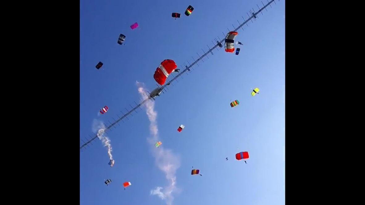 С неба на землю! Спортсмены побили мировой рекорд в самом массовом прыжке с парашютами