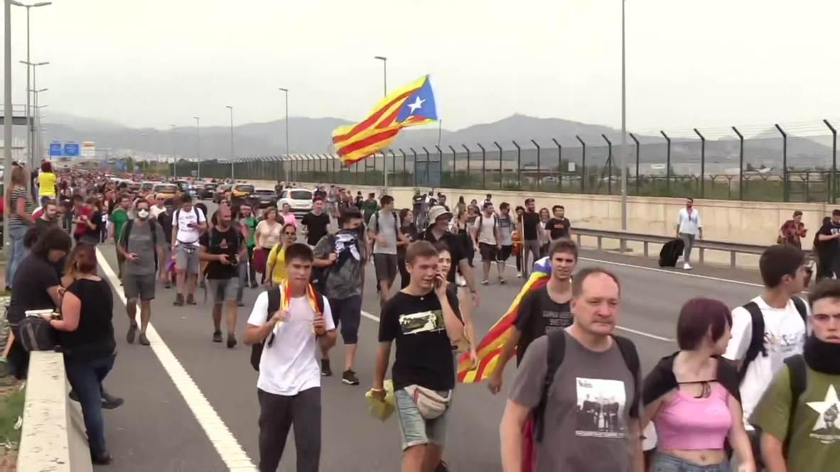 España: Cientos de manifestantes marchan hacia el aeropuerto de Barcelona