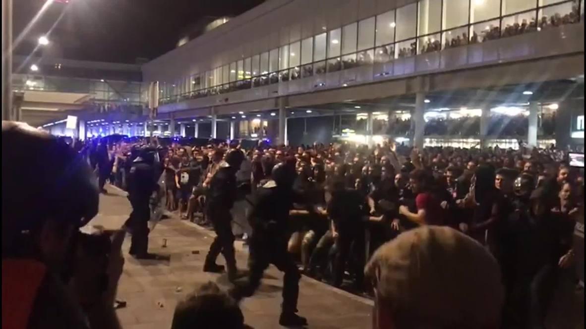 Spain: Riot police strike protesters blockading Barcelona airport