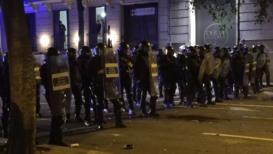 España: La policía dispersa a grupos rivales de manifestantes en Barcelona