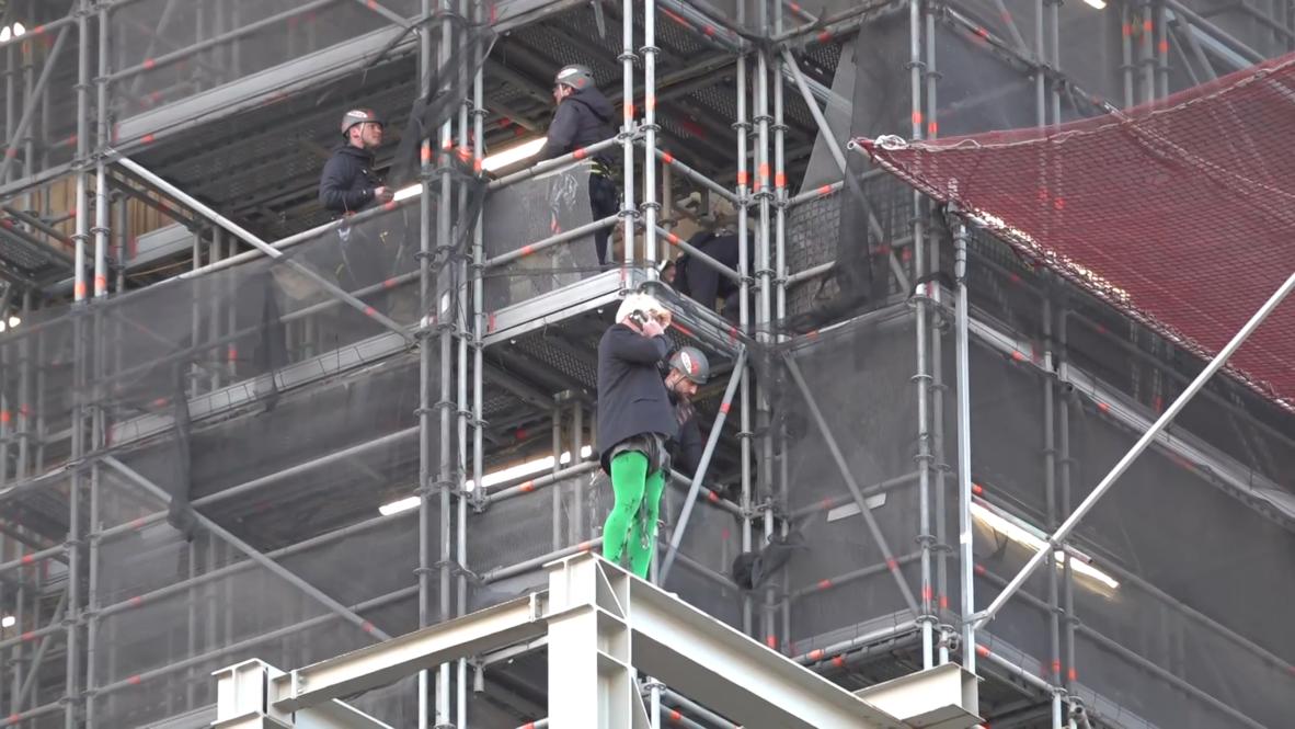 Reino Unido: Activista de 'Extinction Rebellion' vestido como Boris Johnson sube al Big Ben