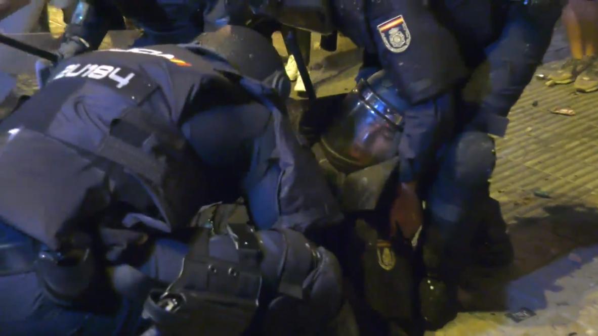 España: Policía resulta herido durante los enfrentamientos con los manifestantes en Barcelona