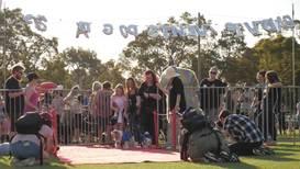 """Она сказала """"да""""! В австралийском Перте попытались сыграть самую массовую собачью свадьбу"""