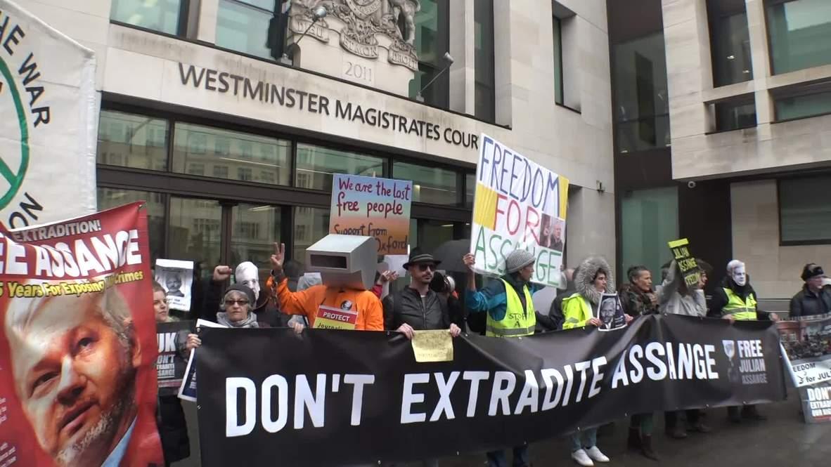 Великобритания: Возле  здания суда в Лондоне состоялся протест против экстрадиции Ассанжа