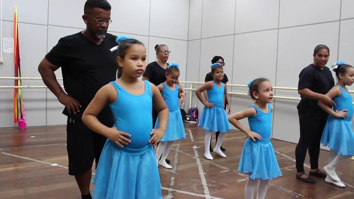 Brasil: Un rudo albañil desafía los estereotipos para bailar ballet
