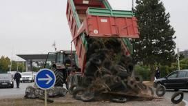 Francia: Los agricultores realizan una protesta contra el Gobierno llevando sus tractores
