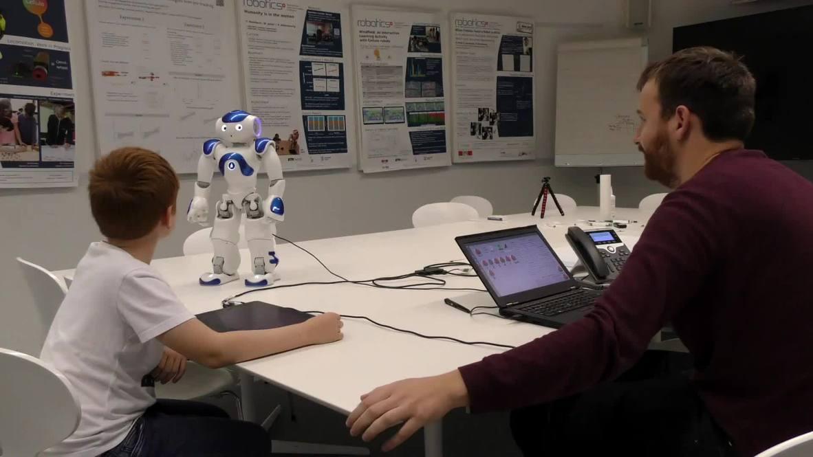 Robot ayuda a mejorar la caligrafía de los niños